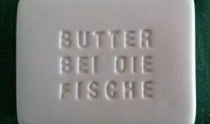 Butter bei die Fische (Aufschrift)
