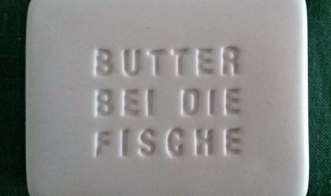 Textzug Butter bei die Fische (auf Butterdose)