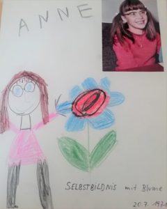 Selbstbildnis Anne mit 6 Jahren mit Brille und Blume