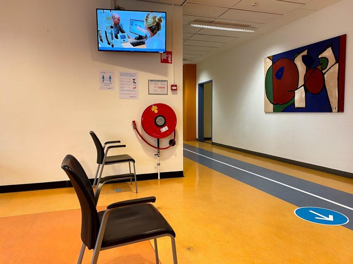 Menschenleere Wartezone in der Augenklinik