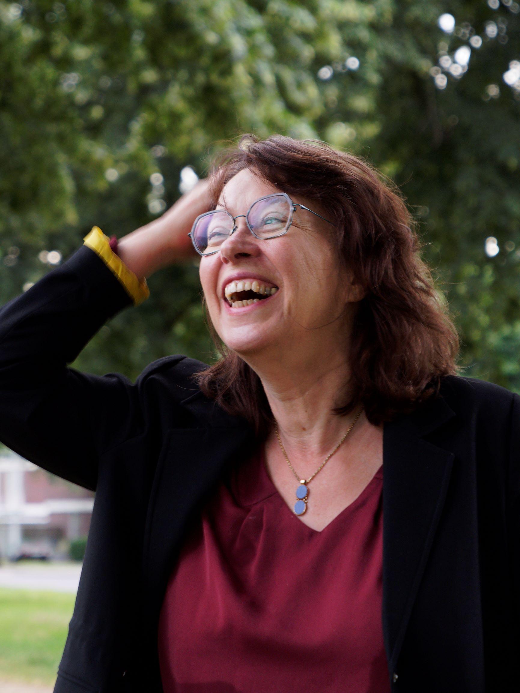 Anne Niesen aus vollem Halse lachend, fröhlich